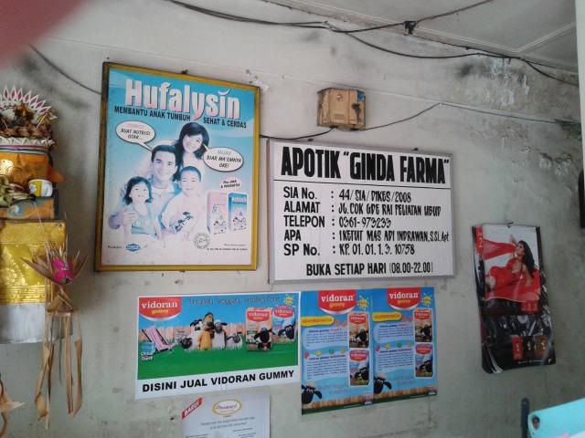 Cartelitos varios y calendario con titi asiática ligerita de ropa